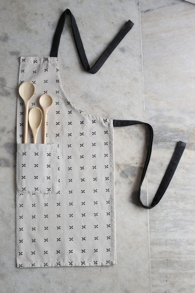 black margherita apron